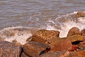 Outros/mar batendo com força nas pedras