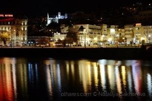 /O rio Mondego reflecte a Coimbra nocturna