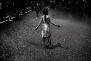 /Menina na festa da água - Tóquio