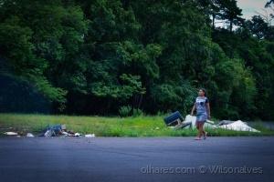 /entre o asfalto o lixo e a mata