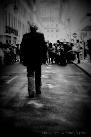 /Contra multidão caminha só
