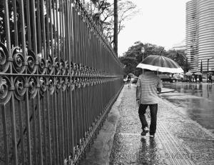 /E alguém anda na chuva