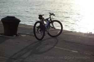 /Uma bicicleta no cais...
