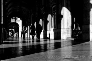 /Entre luz e sombra cruzamos caminhos