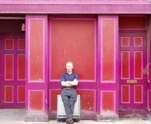 /O homem da casa cor de rosa!!