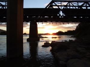 /A ponte do trem e o pôr do sol