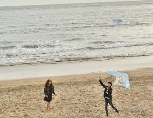 /Com praia e vento brincam.
