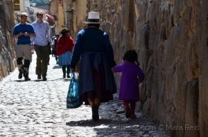 Retratos/Uma senhora vai pelas ruas (Peru)