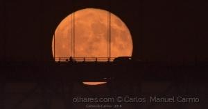 Paisagem Urbana/A lua e a ponte 25 de Abril