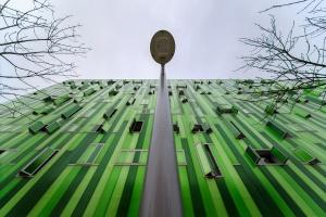 /O prédio verde em dia cinzento