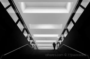 Outros/i walk alone