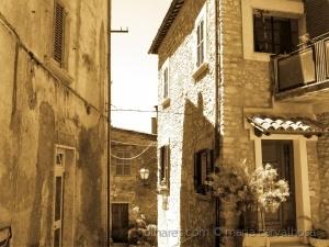 /Ruas estreitas, casas antigas.