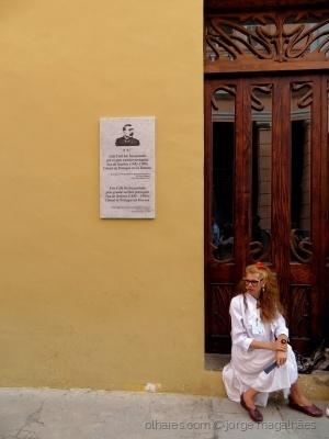 /À porta da casa do Eça em Havana (LER)