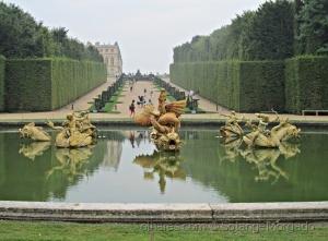 /No Jardim do Palácio de Versailles em dia de chuva