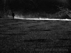 /Uma linha de Luz rasga a escuridão .