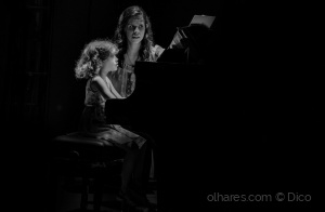Gentes e Locais/Schoolgirl at the piano ...